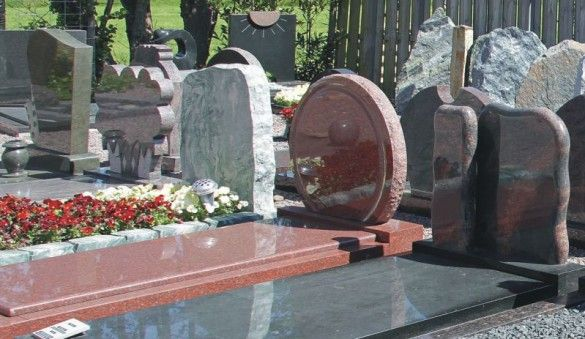 Opstelling van grafstenen geschikt voor Apeldoorn, bij ons in de toonzaal en tuinen kunt u een uitgebreide selectie van verschillende grafmonumenten en grafstenen vinden welke allemaal geschikt zijn voor op de begraafplaatsen in Apeldoorn