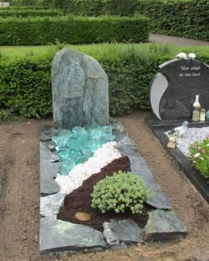 ruwe grafmonument met bijpassende brokken en binnenruimte met glas, kristal split en potgrond
