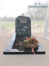 ruwe grafmonumenten Ruwe grafsteen op een zerk van gepolijst graniet