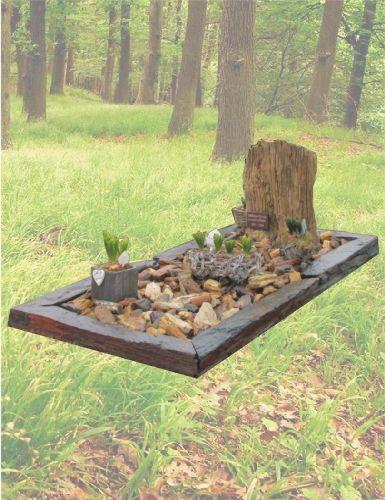 R52 – Grafsteen van versteend hout