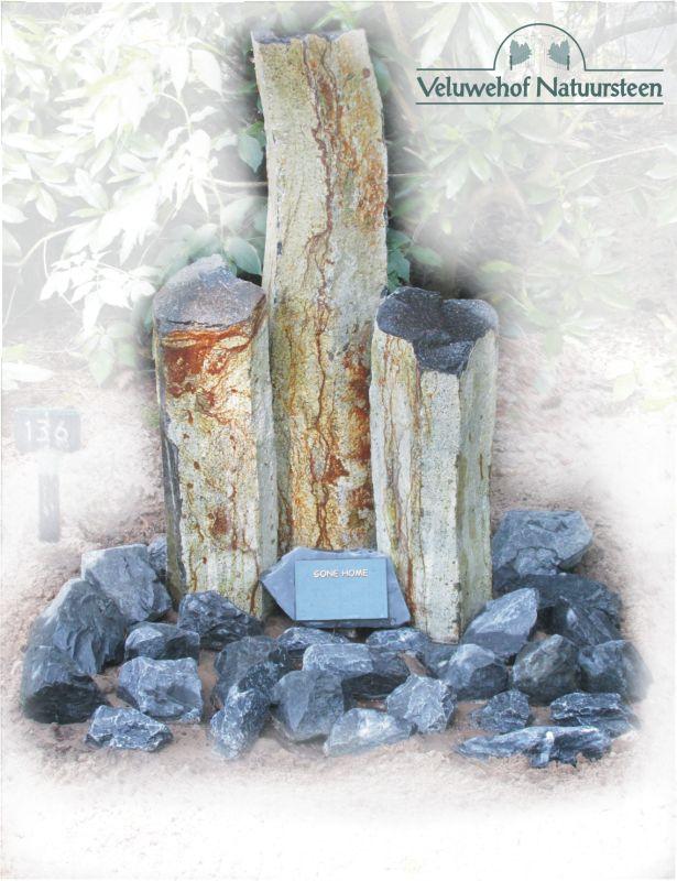 R63 – Basalt pilaren met bronzen tekstplaat