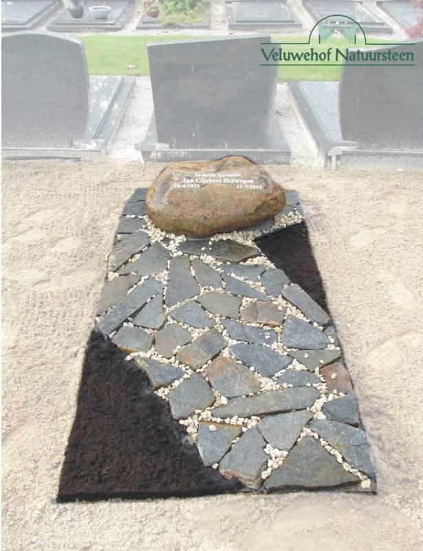 Zwerfkei grafsteen met flagstones grijs