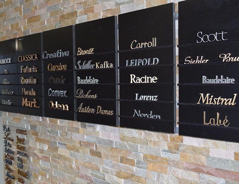 Bronzen letters toonzaal